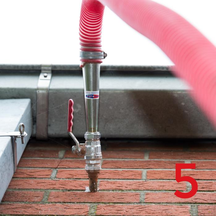 Stap 5 inspuiten isolatiemateriaal glaswol of EDS-parels